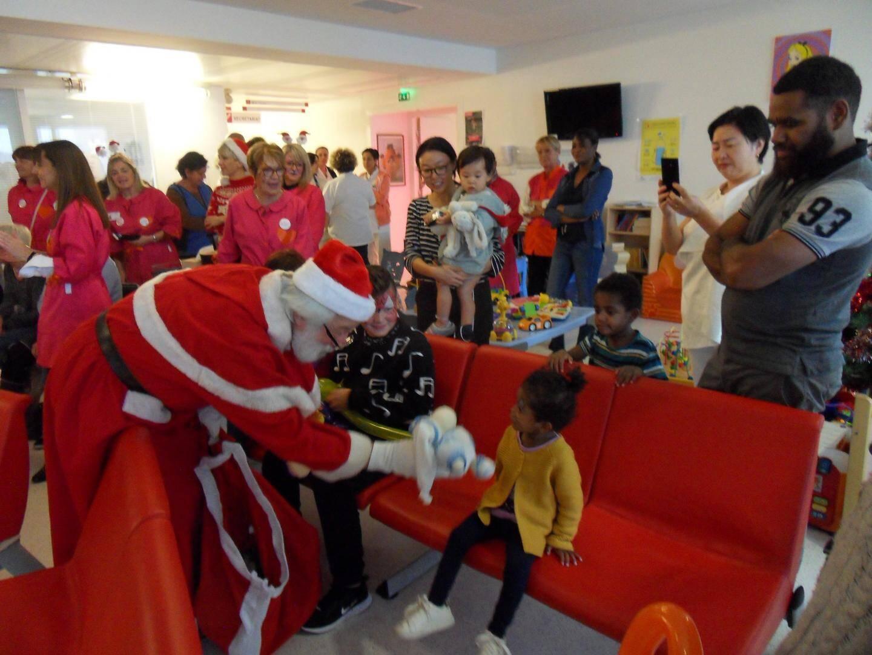 Le Père Noël a distribué des bonheurs en peluche aux pitchouns.