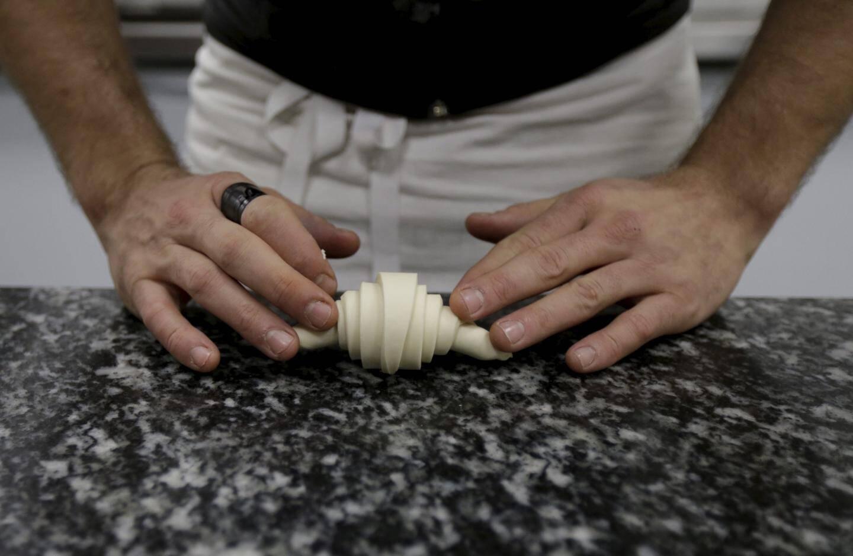 La pâte, extensible à souhait est ensuite taillée en triangles qui seront roulés.