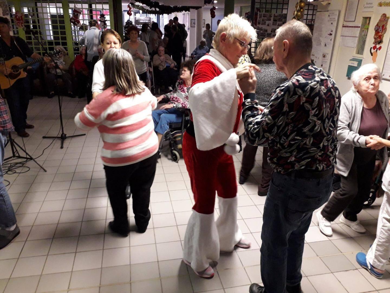 À Breil, les résidents ont dansé avec la mère Noël.