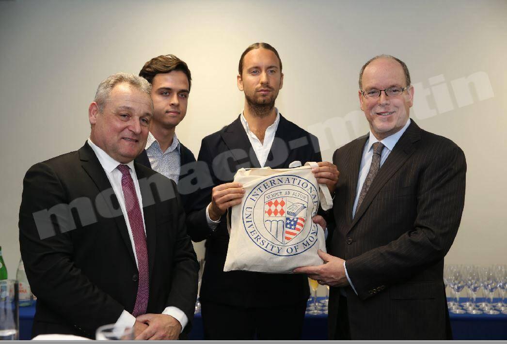 Deux étudiants ont offert au souverain un tee-shirt (dans ce sac) au logo de l'université.