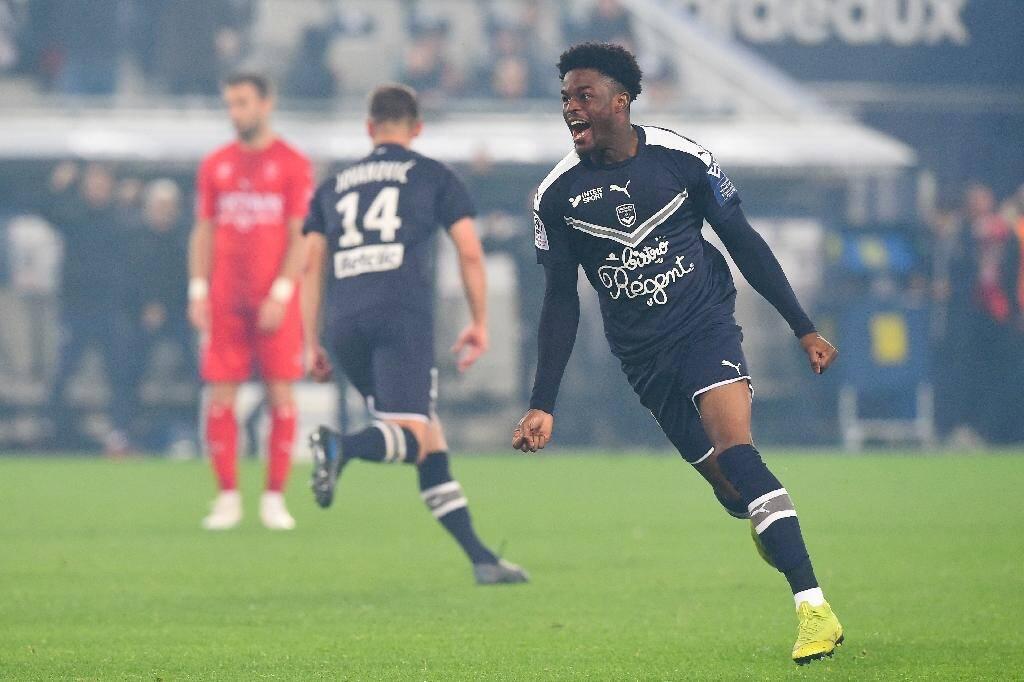 L'attaquant de Bordeaux Josh Maja célèbre un but contre Nîmes en L1 le 3 décembre 2019 à Bordeaux