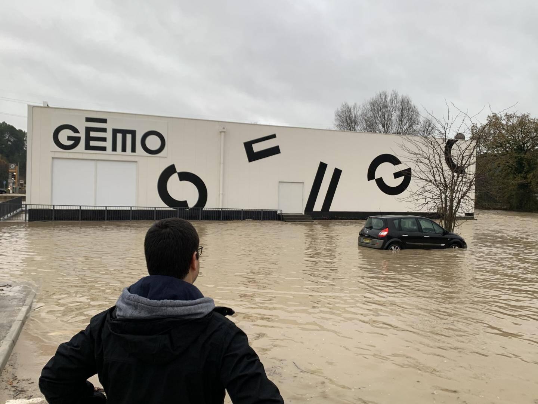 Le magasin Gémo se retrouve à nouveau les pieds dans l 'eau à Trans-en-Provence. Tout comme ce véhicule stationné sur le parking.