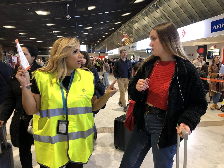 Des volontaires de l'aéroport Nice Côte d'Azur, vêtus de gilets jaunes, sont venus en renfort orienter les passagers en souffrance.
