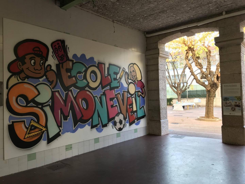 Sous le préau, des photos, dessins et panneaux historiques retracent le parcours de cette femme qui a vécu dans ce quartier de Nice.