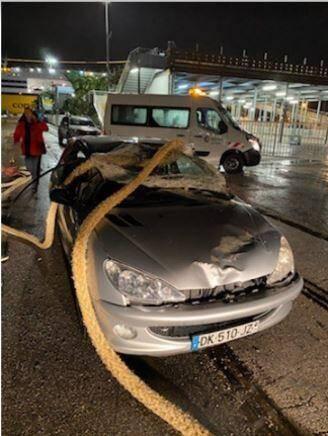 Un des trois occupants de la voiture a été blessé.