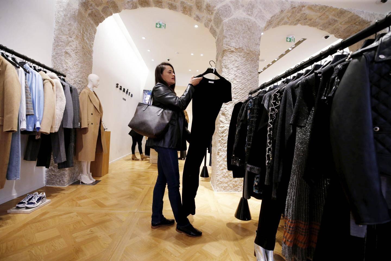 Au Métropole Shopping Center, le dress code reste discret dans les vitrines et à l'intérieur des boutiques.