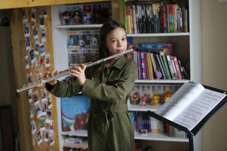 La jeune fille a une chaîne Youtube, la flûte de Mélodie. Dessus, elle poste des morceaux, joués à la flûte.