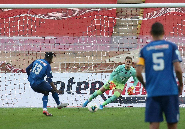 Lecomte décisif sur le penalty.