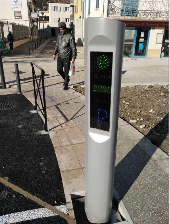 Des bornes automatisées à feu bicolore sont installées sur un parking de nouvelle génération.
