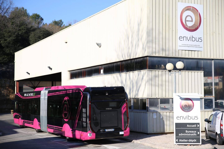 Ce lundi, les nouveaux bus sont restés au dépôt. Ils pourraient prendre du service ce mardi après-midi, en partie, ou vendredi.