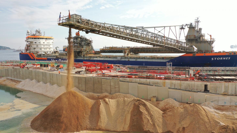 Deux navires ont permis de déverser 750 000 tonnes de sable pour créer la plateforme où seront érigées les constructions.