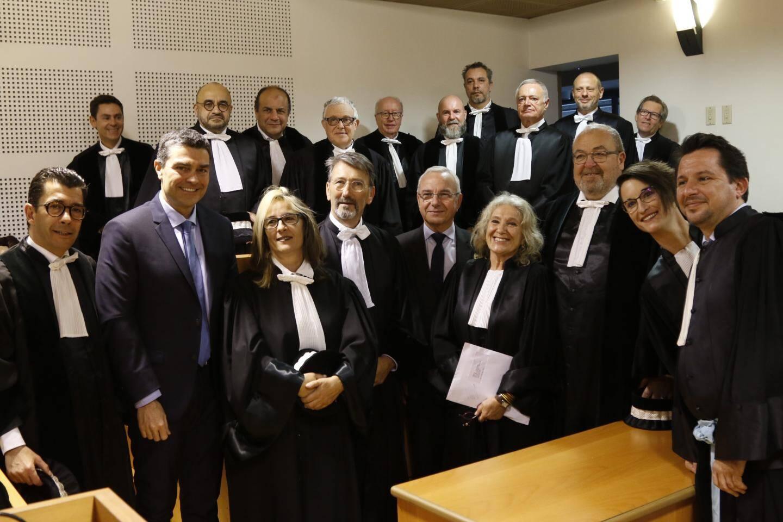 En haut, l'ensemble des juges du tribunal ainsi que le vice procureur, le maire d'Antibes Jean Leonetti et le député Eric Pauget. À droite, Robert Martin, président du tribunal de commerce.