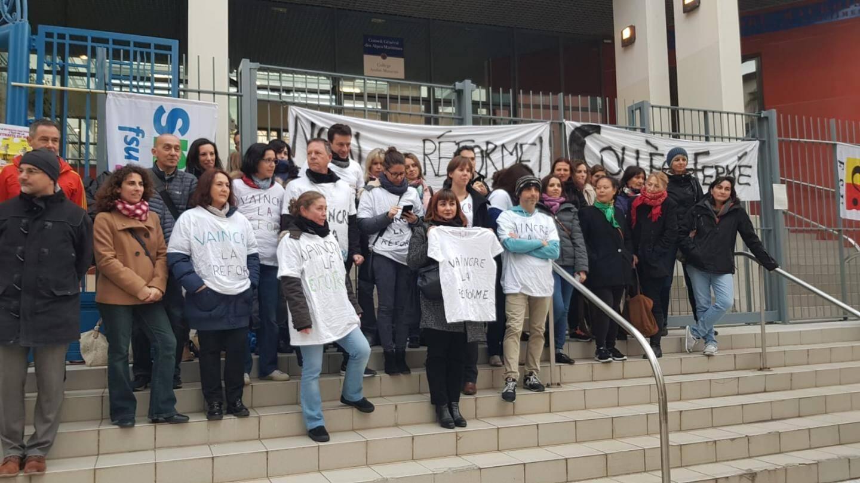 Dès 7 h 30, hier matin, les professeurs ont symboliquement cadenassé la grille du collège Maurois.(DR)