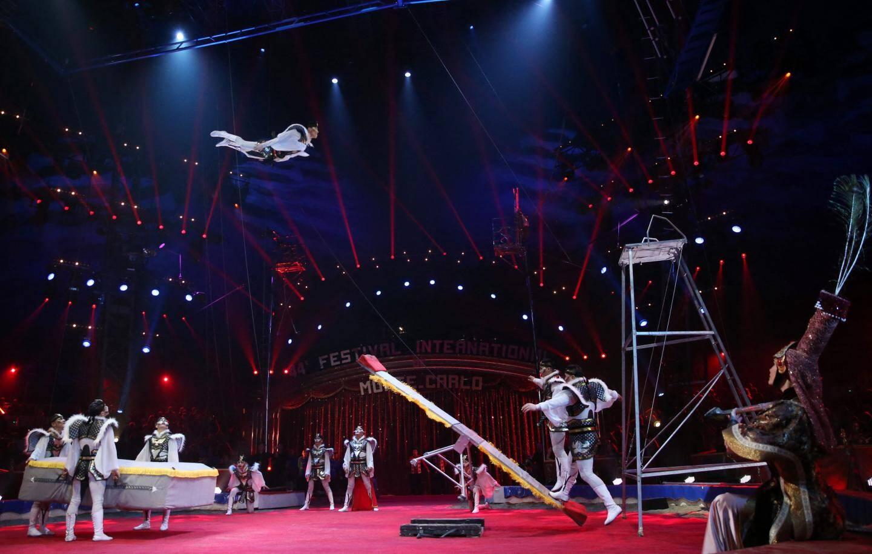 Incroyables prouesses de la troupe Zola de Mongolia Circus dans une succession d'exercices avec la bascule.