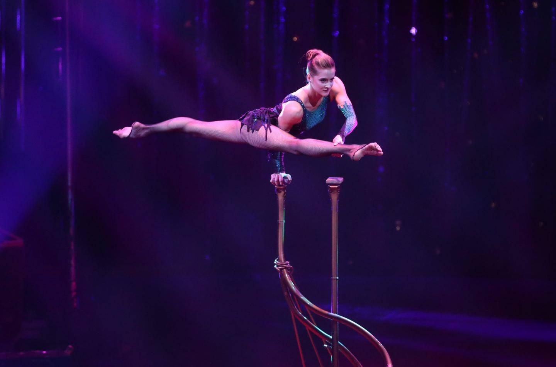 2e: Maria Sarach, équilibriste et contorsionniste.