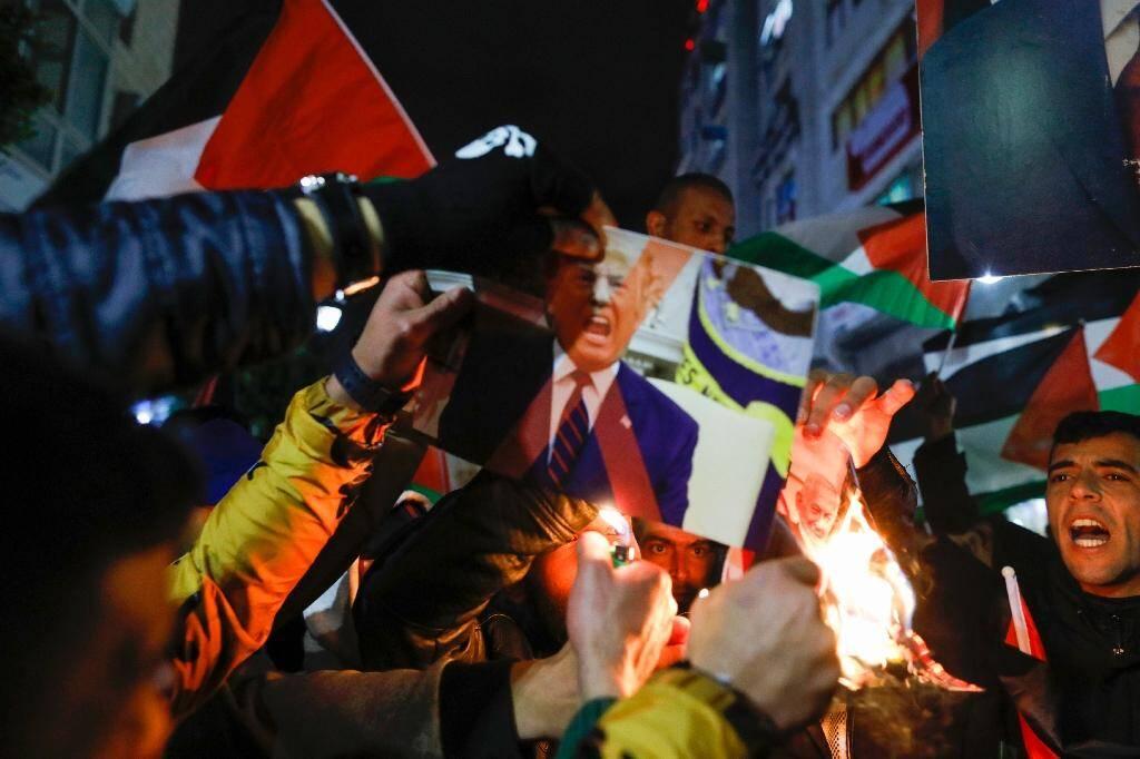 Des Palestiniens brûlent des photos de Donald Trump et de Benjamin Netanyahu lors d'une manifestation à Ramallah le 28 janvier 2020 contre le plan américain pour le Moyen-Orient