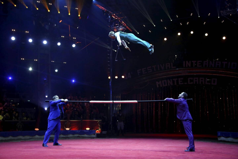 Deux porteurs, un voltigeur : la barre russe est un des classiques du cirque. Les Dandies lui donne un coup de jeune pour finir en acmé avec un triple saut carpé et demi-pirouette. Du jamais vu qui a occasionné un Clown d'argent pour le trio.