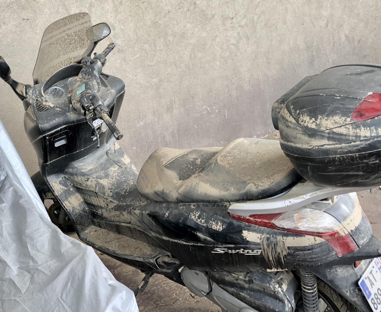 14 véhicules s'étaient retrouvés sous 1,75m d'eau croupissante, totalement hors service. Tout comme une moto Harley-Davidson et deux scooters qui attendent toujours le passage des experts.