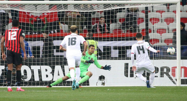 Le capitaine brésilien, auteur d'une magnifique passe décisive pour Ounas, a découpé Toko-Ekambi dans la surface en toute fin de match.