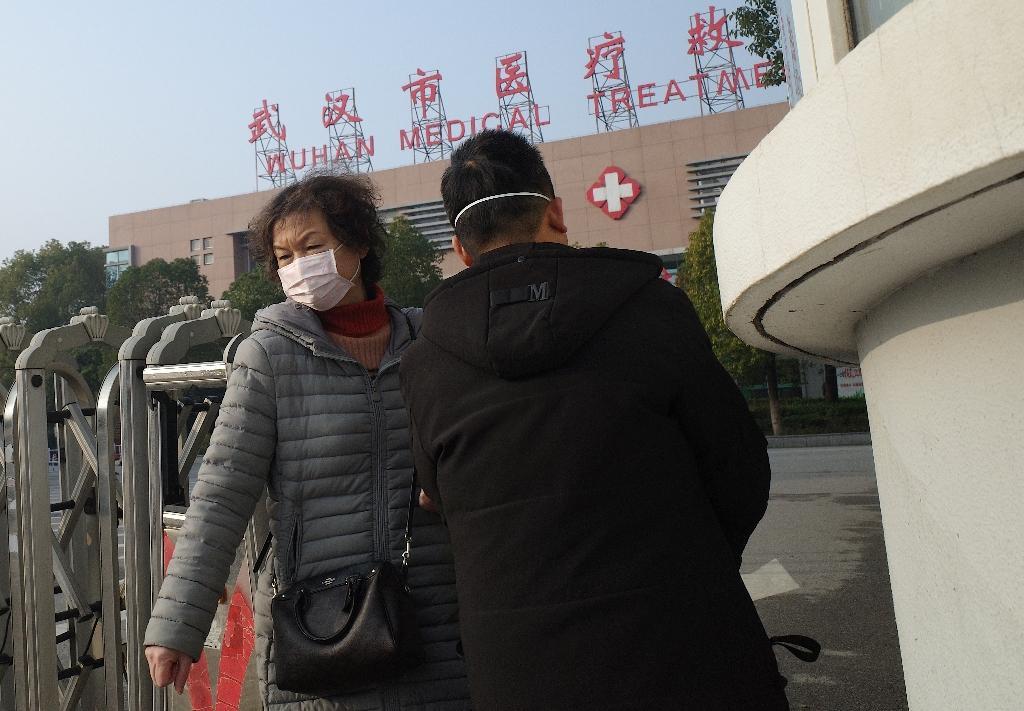 Une femme quitte le centre de traitement médical de Wuhan.