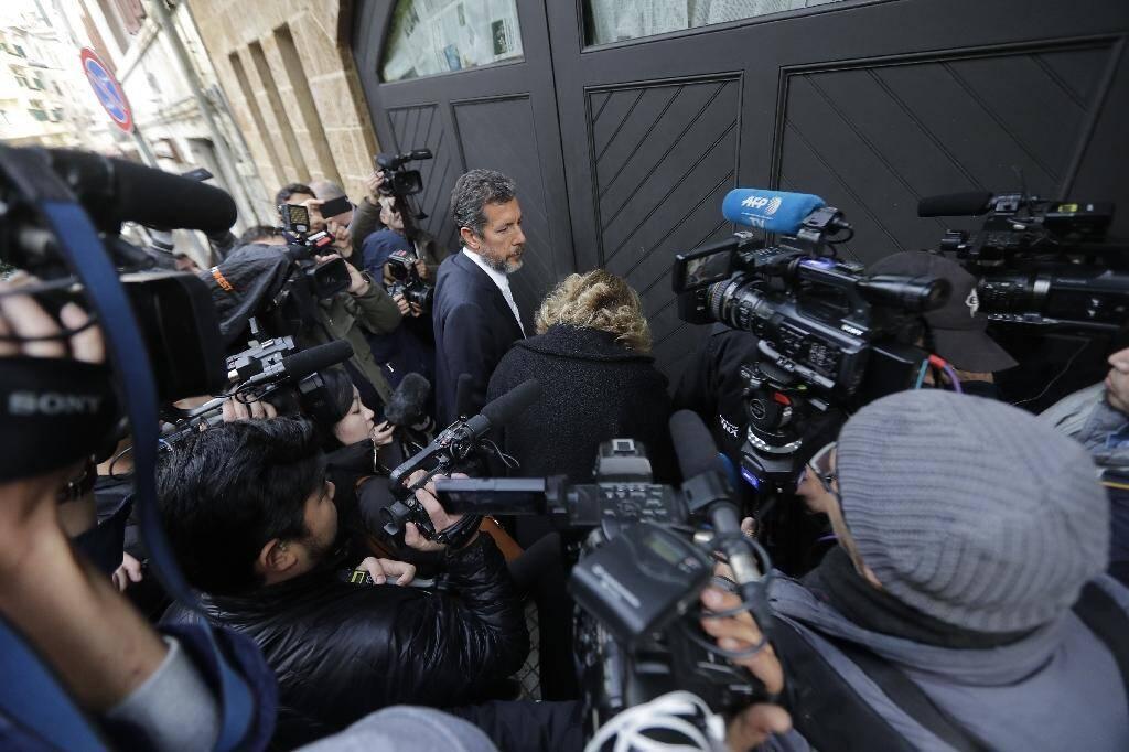 Les médias se pressent le 2 janvier 2019 devant le portail d'une propriété à Beyrouth appartenant à Carlos Ghosn et où il pourrait se trouver