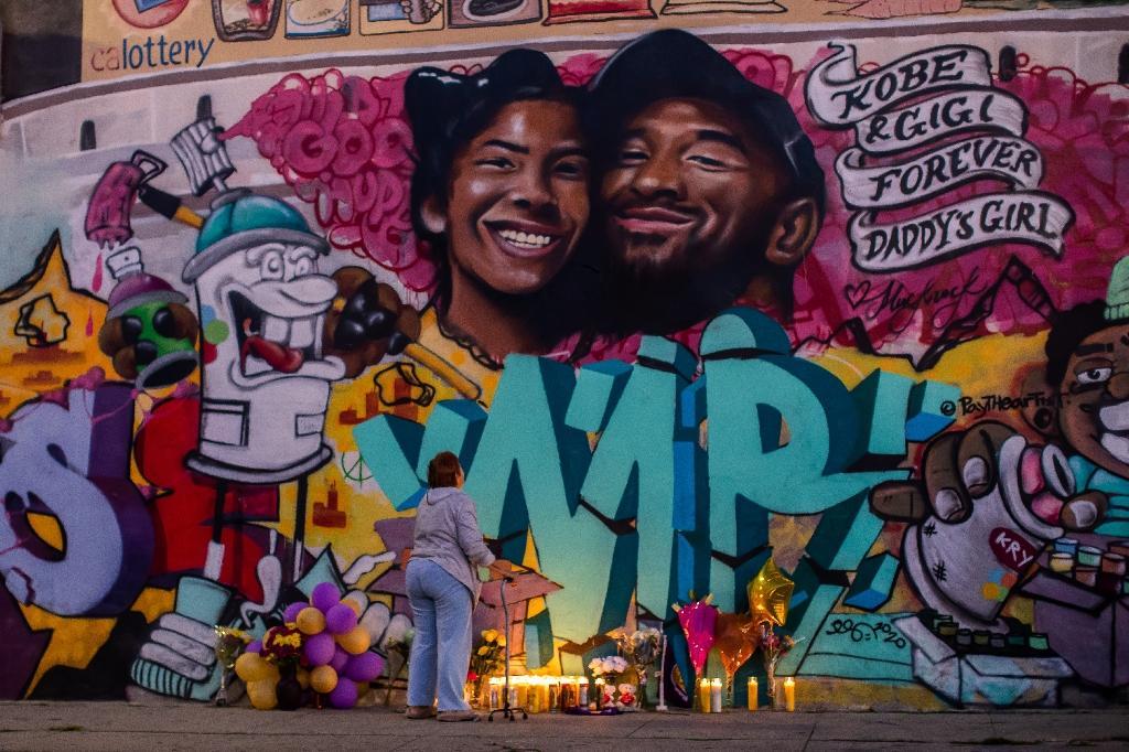 Une fresque murale représentant Kobe Bryant et sa fille Gianna, le 27 janvier 2020 à Los Angeles