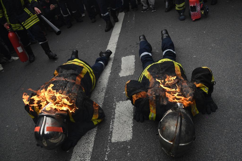 Des pompiers s'enflamment lors d'une manifestation à Paris, le 28 janvier 2020