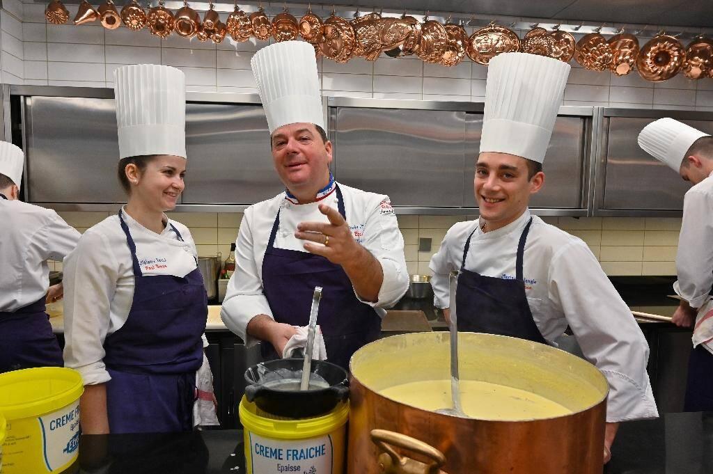 """Le chef Christophe Muller (c) dans les cuisines du restaurant de Paul Bocuse """"L'Auberge du Pont de Collonges"""", le 23 janvier 2020 à la veille de sa réouverture"""