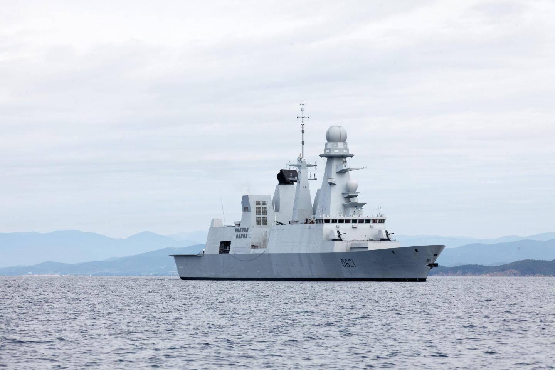 La frégate de défense aérienne Chevalier Paul devant les côtes varoises.
