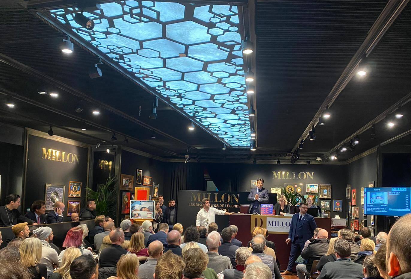Max Guazzini a fait salle comble à Drouot parmi ses trophées, décernés à l'époque par les maisons de disques pour la contribution de NRJ au succès de leurs artistes.