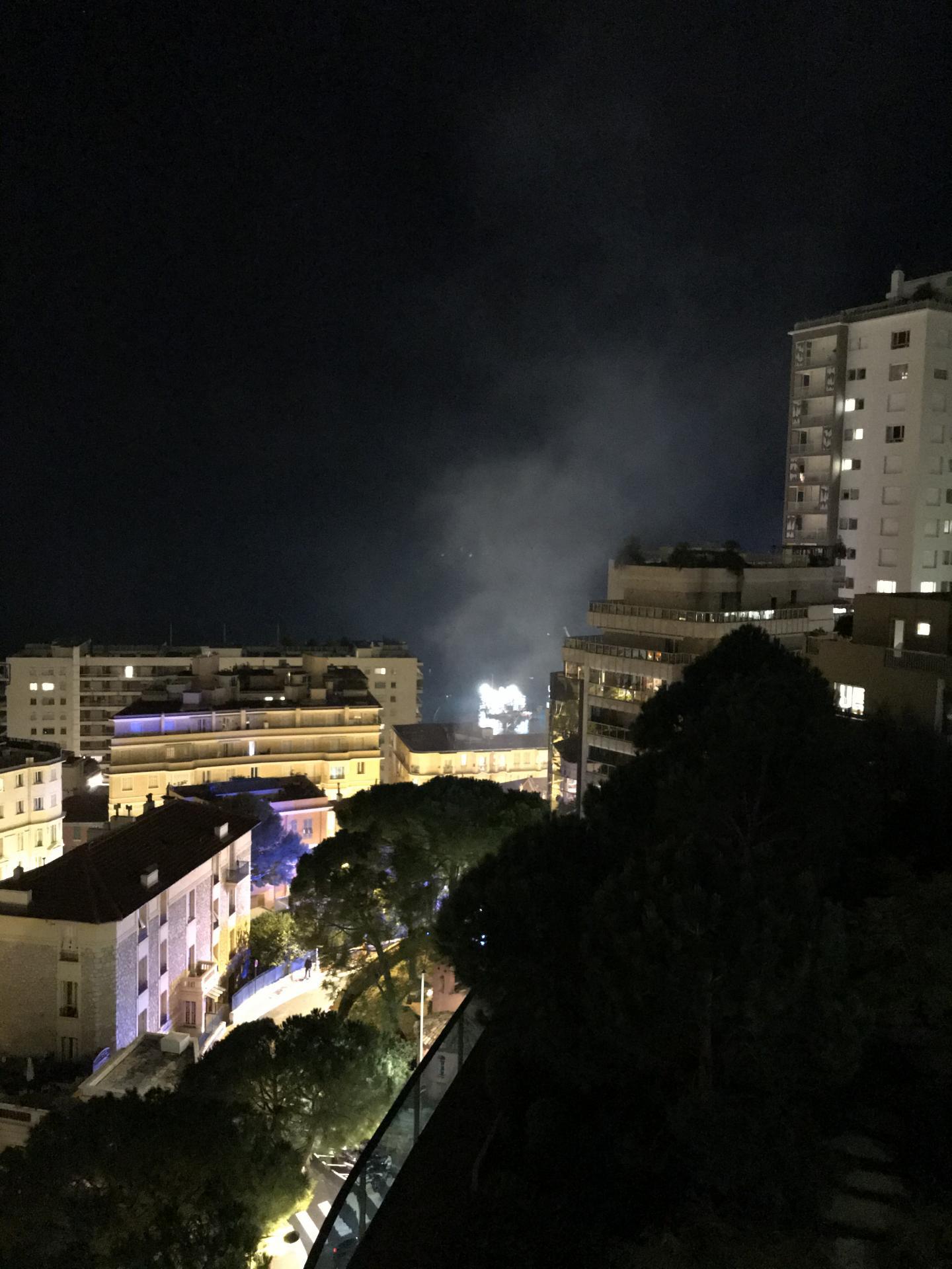 Le panache de fumée était visible depuis les hauteurs de Monaco.