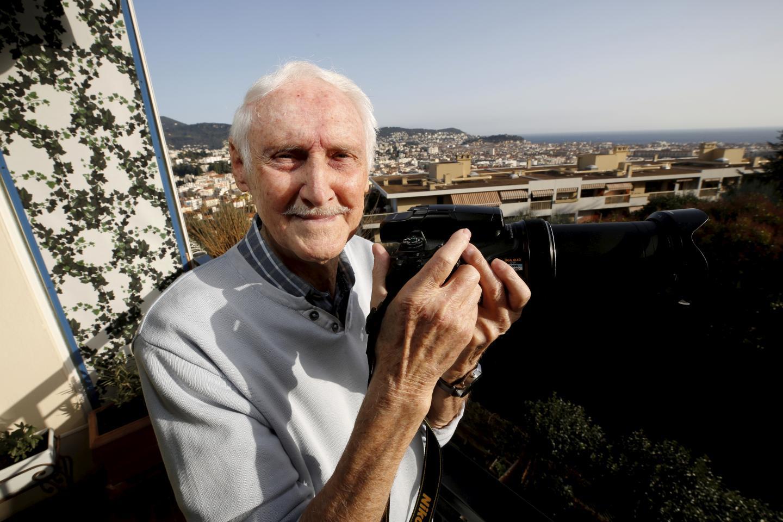 Jean Mortini photographie la Baie des Anges chaque jour depuis son balcon de l'avenue de Pessicart, à Nice.