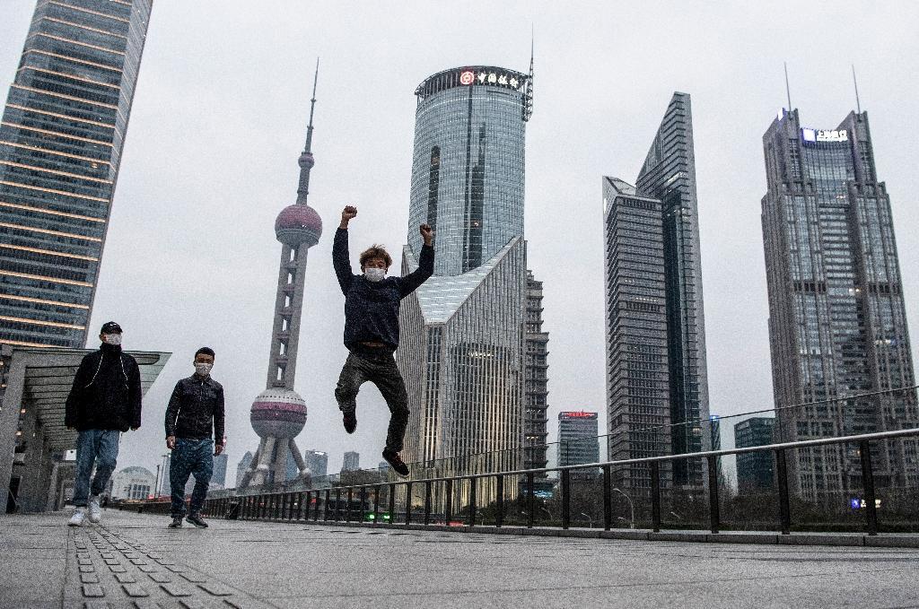 Trois personnes masquées dans le quartier des affaires de Shanghai, le 8 février 2020