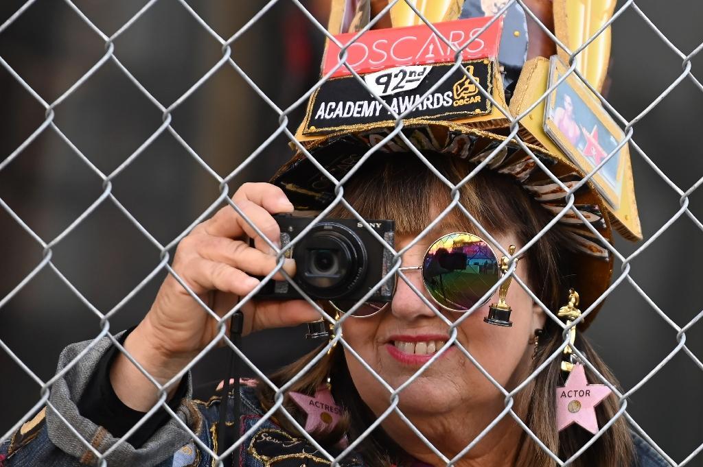 Une fan des Oscars prend des photos lors de la préparation des festivités à Hollywood, le 5 février  2020