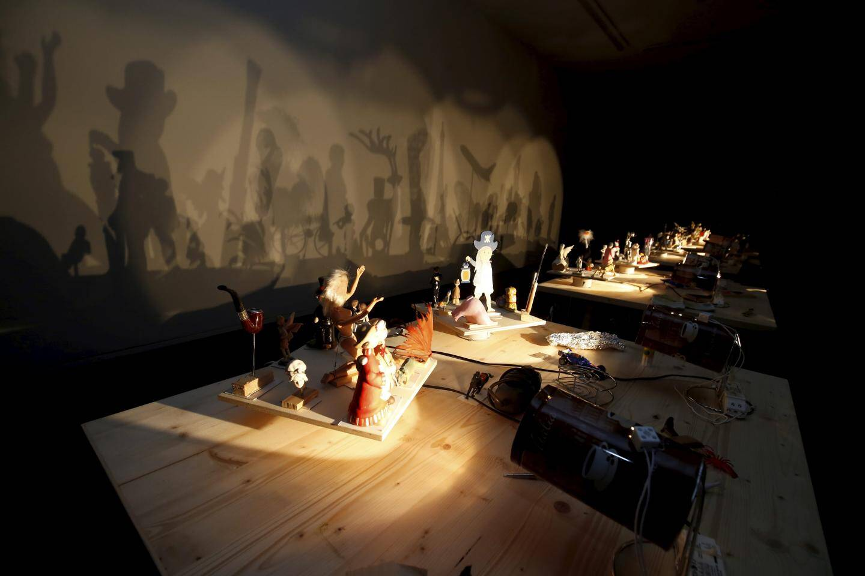 Pour l'exposition, d'autres installations d'artistes dialoguent avec la thématique, utilisant la technique mise au point par Eugène Frey.