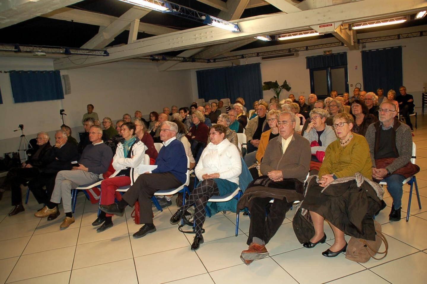 La conférence avait attiré beaucoup de monde.