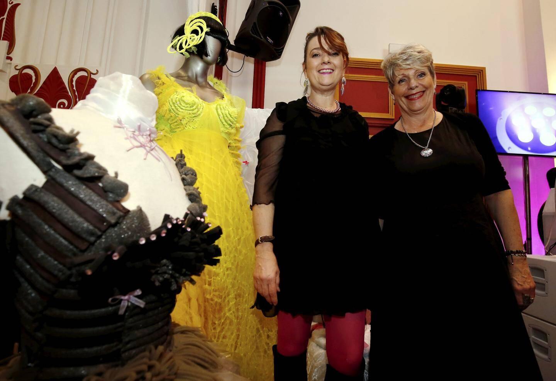 De gauche à droit : la designer Chantal-Maurine Toppan et la couturière Éva Cholet.