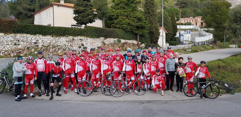 Plus de cinquante cyclistes se sont élancés du stade Louis-II pour parcourir un circuit traversant Villefranche, Eze-Village, La Turbie.(DR)