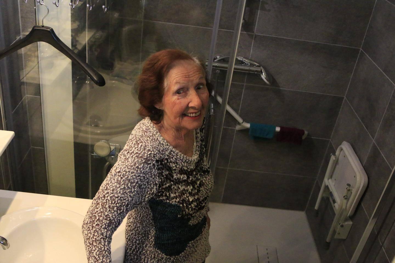 Monique et sa nouvelle cabine de douche.