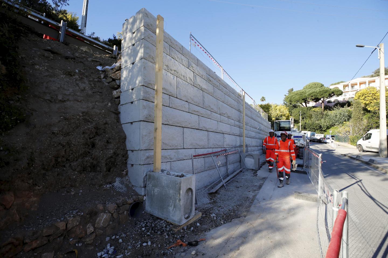 Il a fallu reconstruire l'ouvrage en blocs de pierre, avec barbacanes, et reprendre les enrobés de la chaussée en amont comme en aval.