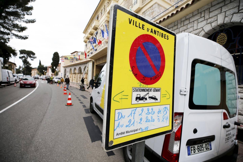 Des scènes seront tournés en extérieur autour de l'hôtel Belles-Rives nécessitant la fermeture de la circulation automobile.