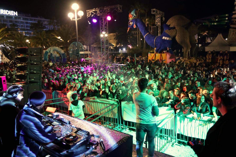 Le premier carnaval étudiant a remporté un triomphe hier soir sur le front de mer, entre la mer et le défilé de chars.