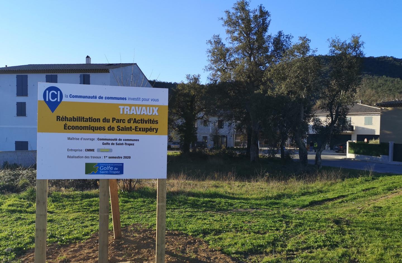 Un panneau d'information précise l'actuelle intervention sur le parc d'activités de Saint-Exupéry.