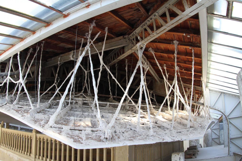 L'étonnant plafond suspendu du patio.