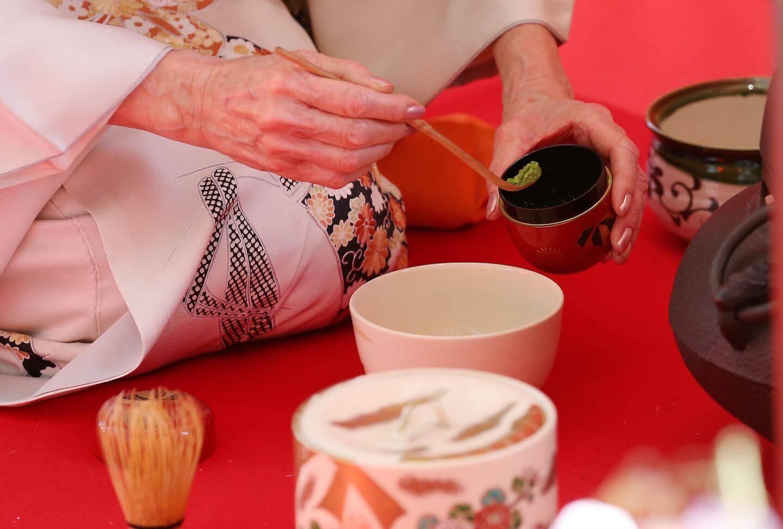 Le thé utilisé est le matcha. Il est composé des plus jeunes feuilles étuvées, puis séchées et broyées.