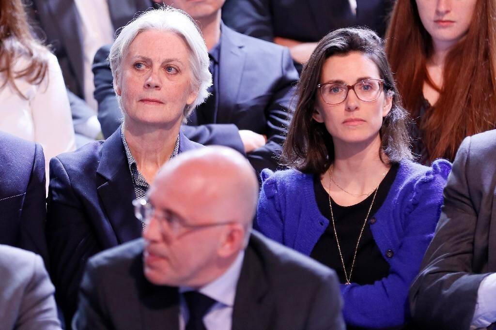 """Penelope Fillon (g) et sa fille Marie Fillon assistent à """"L'Emission politique"""" sur le plateau de France 2, le 23 mars 2017 à Paris"""