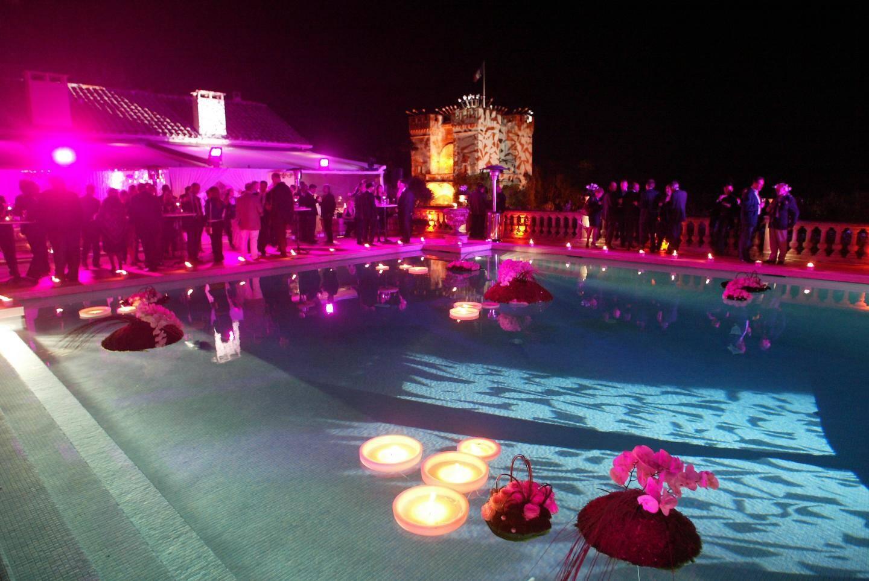 Le nouveau propriétaire de la villa a organisé une soirée majestueuse, un mois après l'achat.