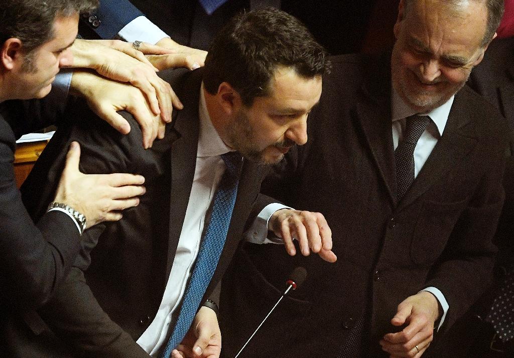 Le chef de l'extrême droite italien Matteo Salvini est félicité par des collègues après son discours au Sénat, le 12 février 2020.