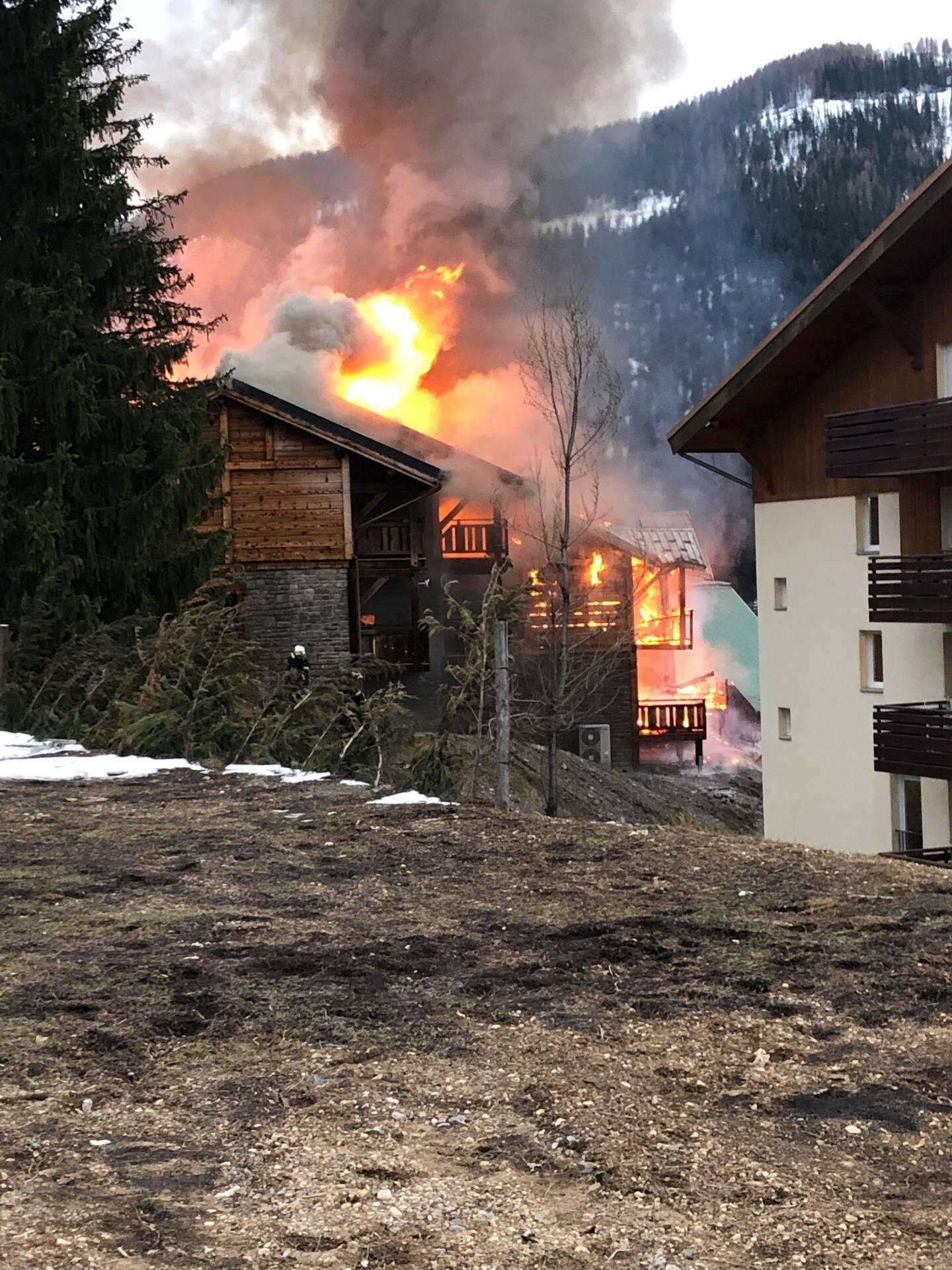 Les flammes ont ravagé complètement un chalet de 600 m2.