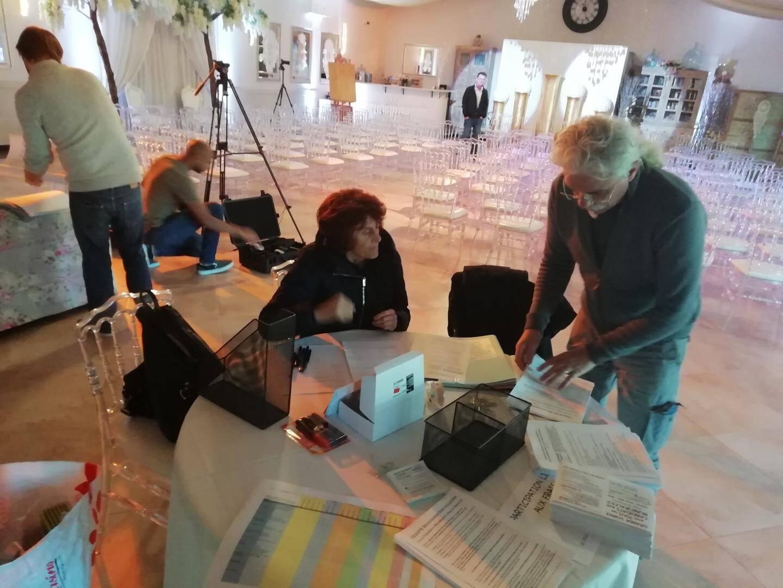 Les militants du collectif Demain en Pays de Fayence préparent la salle.